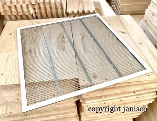 Rundstabgitter mit Holzrahmen verpresst; EM_Quadrat / 435x435  Bild