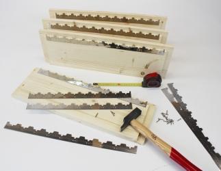 Zusatz; Metallrechen montiert (Edelstahl) im Honigraum. Bild